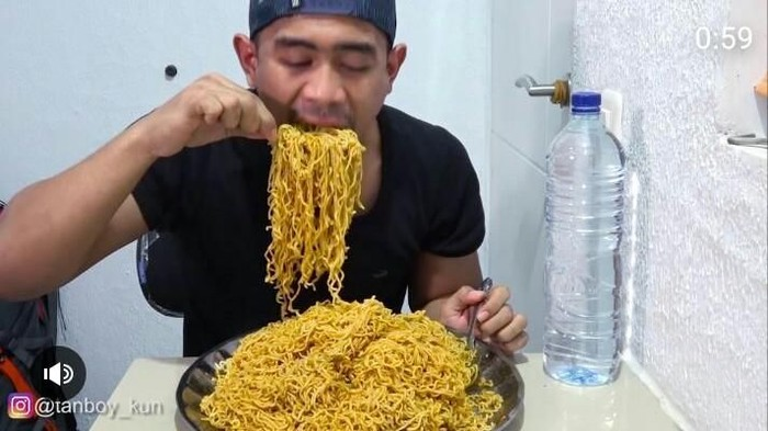 tanboykun makan indomie