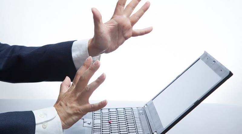 tangan dan laptop