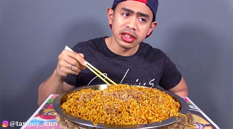Tanboy Kun makan mie