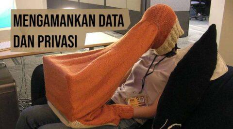 menutup kepala dan laptop untuk mengamankan data dan privasi