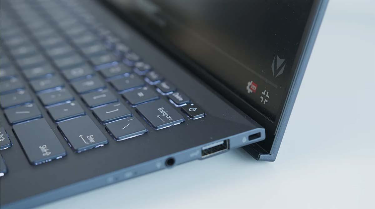 Asus Expertbook B9450 port kanan