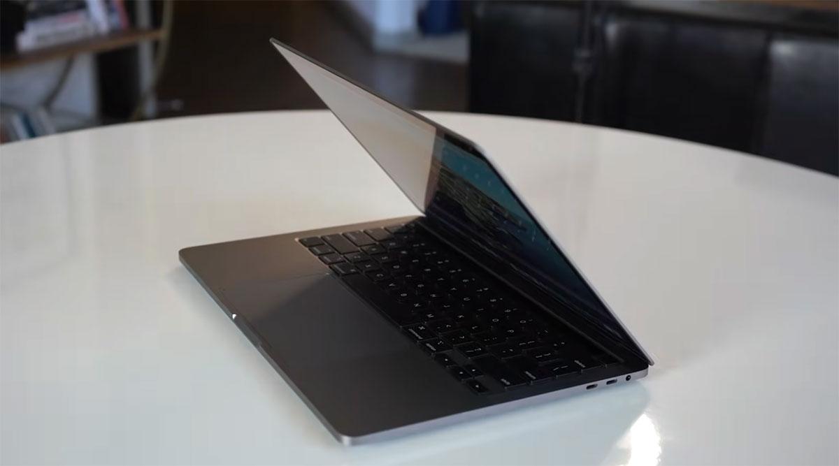 Apple-MacBook-Pro-13-inch-(2020)-miring